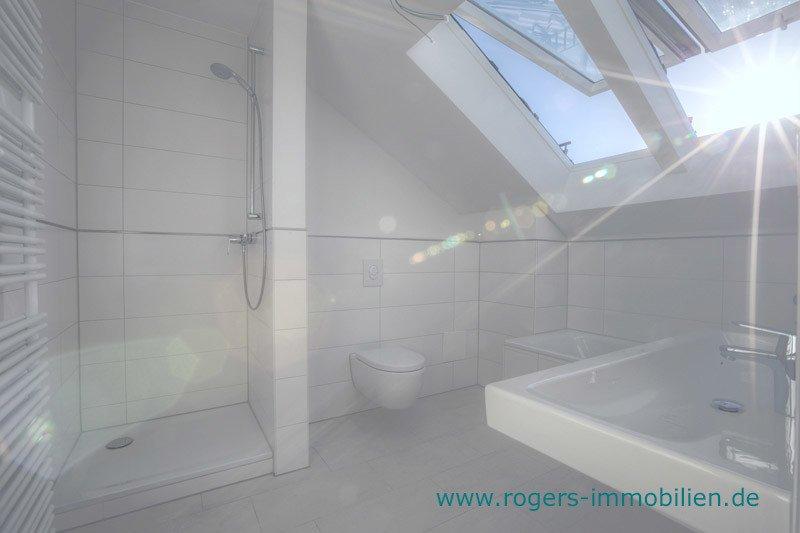 München Laim Immobilienmakler Dachgeschosswohnung Bad mit Wanne und Dusche