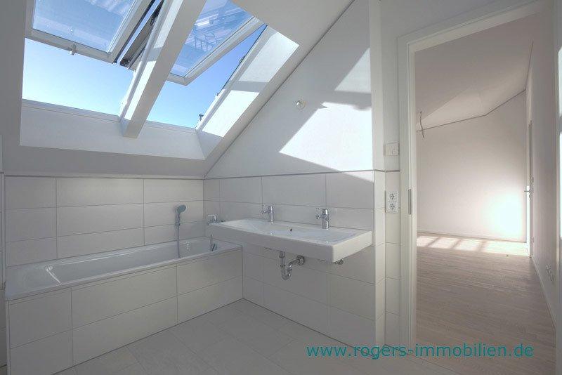 München Laim Immobilienmakler Dachgeschosswohnung Bad mit Wanne