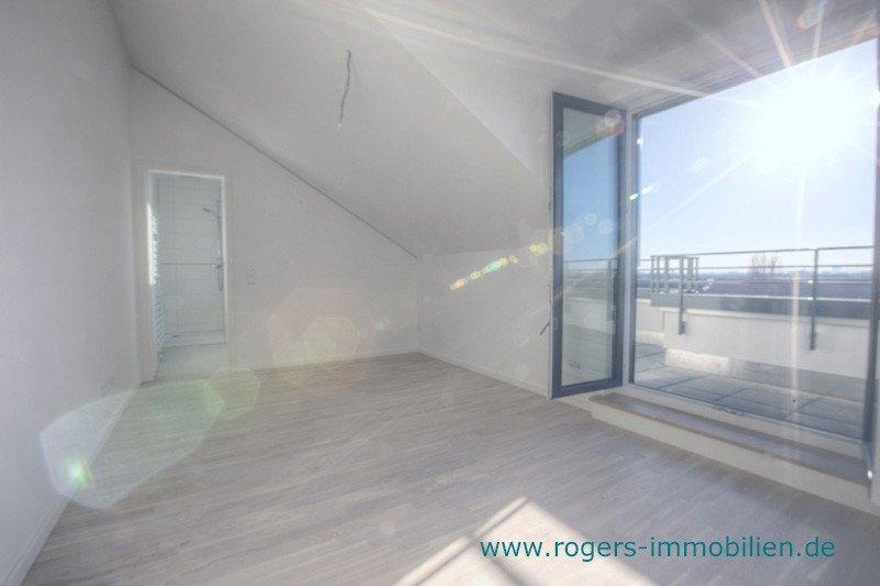 München Laim Immobilienmakler Dachgeschosswohnung Schlafzimmer mit Zugang zur Terrasse