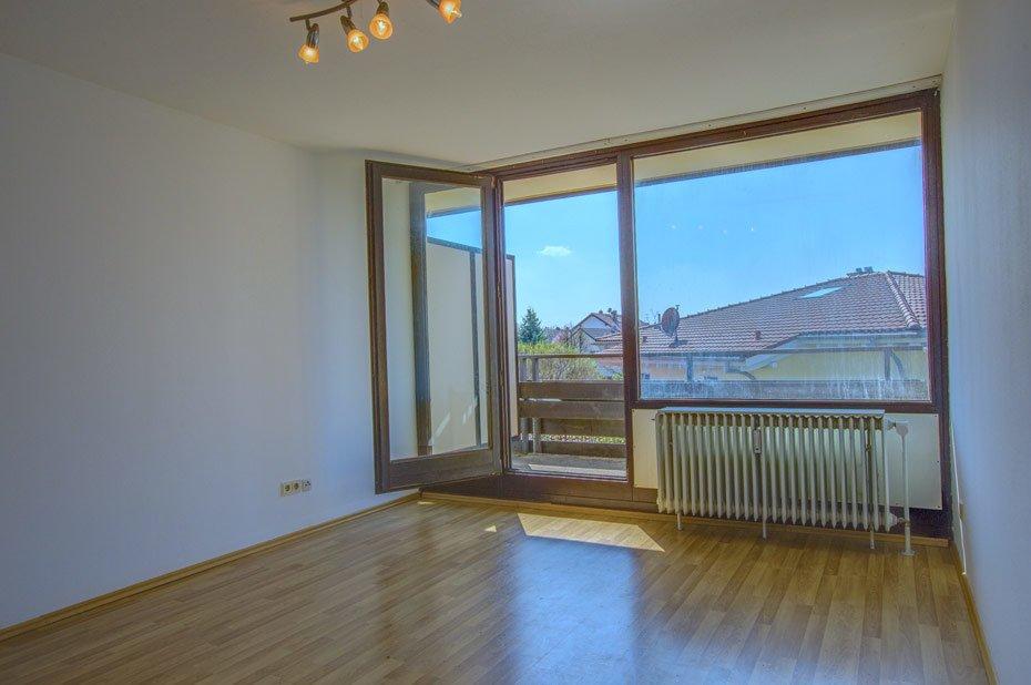 Wohnzimmer mit sonniger Terrasse