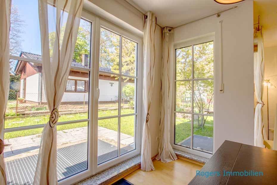 Bodentiefe Fenster sorgen für lichtdurchflutetes Wohnen.