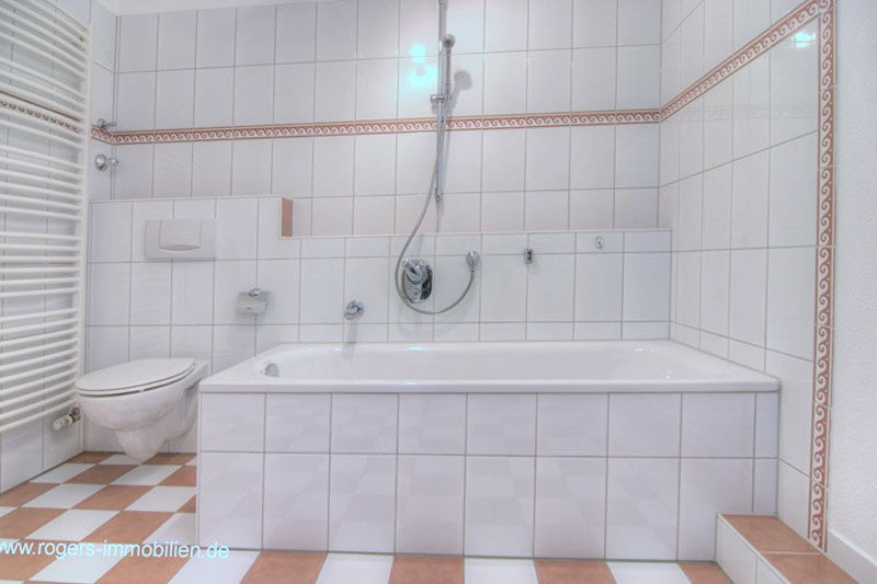 Schönes Bad mit Wanne