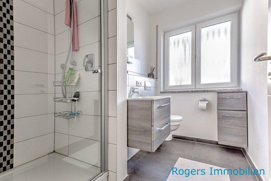 Hochwertiges Duschbad mit Fenster.