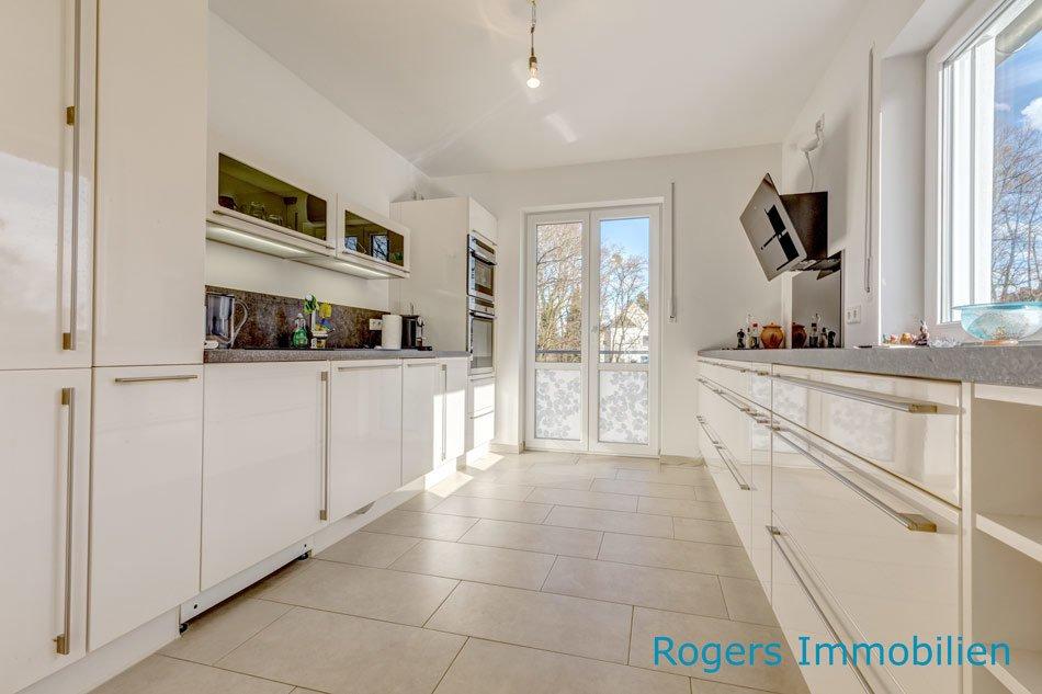 Tolle Küche mit bodentiefem Fenster