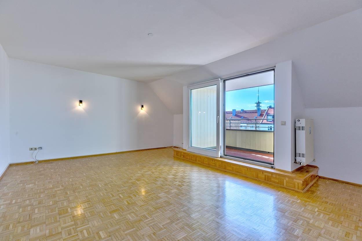Sehr großzügige Dachgeschoss-Wohnung in schönem St. Benno Viertel