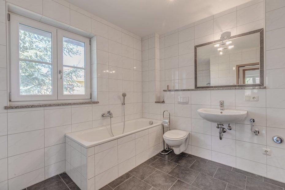Bad mit Fenster im zeitlosen Design.