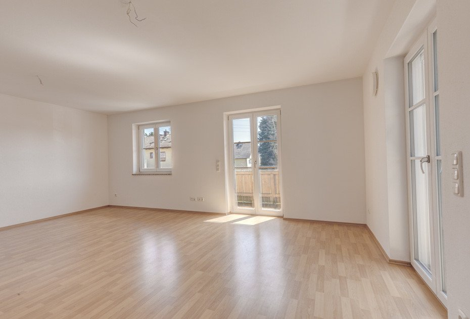 Großzügiges Wohnzimmer mit zwei Balkonen.