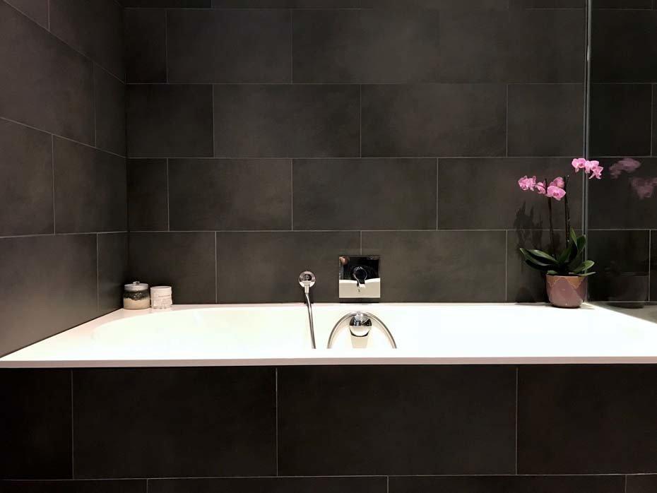 Schönes Bad mit Wanne und Dusche