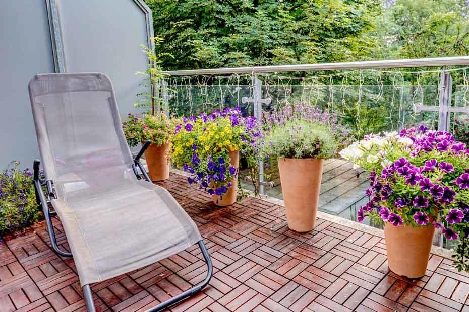 Balkon mit Liege und Blumen