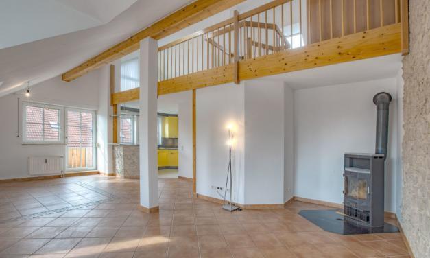 Moderne DG-Wohnung mit Galerie, EBK, Balkon in ruhiger Lage